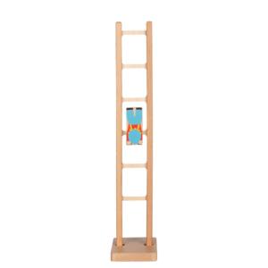 Acrobate sur échelle en bois